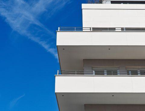 Balcons edifici blanc i cel blau