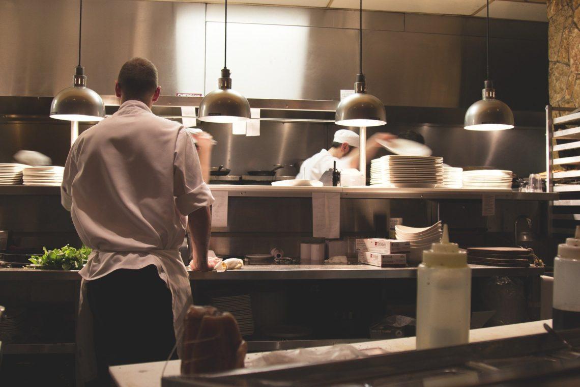 Persones treballant a la cuina d'un restaurant