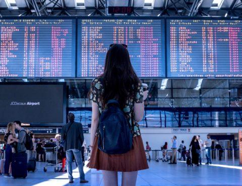 Viatgera mirant pantalles a l'aeroport