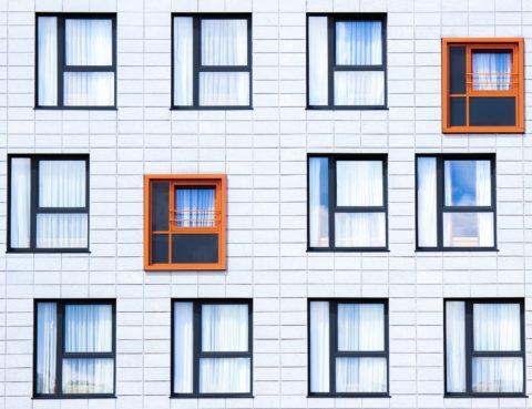 Fachada edificio con ventanas IRPH