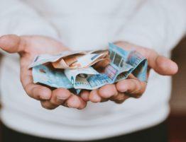 Persona amb bitllets d'euro a les mans