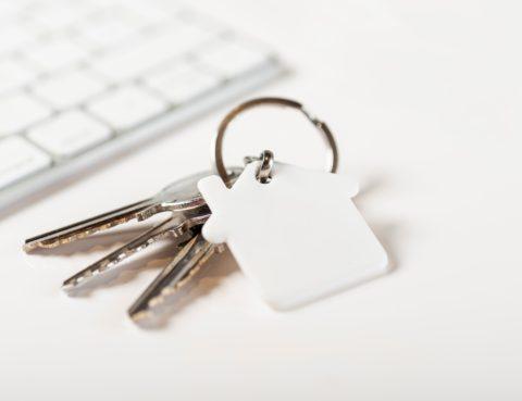 teclado blanco y llaves de un inmueble en alquiler