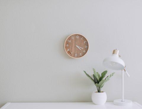 Rellotge penjat en una paret indicant durada